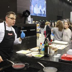 Na stoisku Mebel Rust urządzono kulinarną ucztę dla gości imprezy. Szef kuchni Adam Michalski przygotowywał smakołyki na sprzęcie AGD klasy premium firmy Miele. Fot. 4 Design Days.