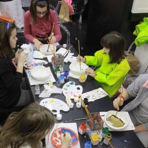 Zorganizowane 14 lutego warsztaty malarskie dla dzieci były idealnym pretekstem dla najmłodszych do malowania powierzchni, których normalnie nie wolno zabrudzić. Mini umywalki Urba mali artyści zabierali do domu. Fot. 4 Design Days.