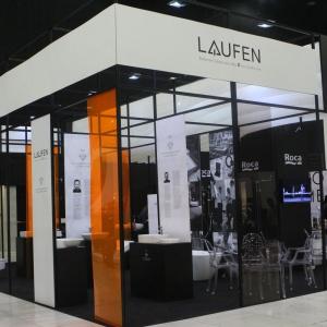 Na stoiskach firmy Roca i marki Laufen zaprezentowano ceramikę sanitarną najwyższej jakości. Można było między innymi podziwiać konglomeratowe brodziki od Roci oraz piękne umywalki wykonane z Saphir Keramik marki Laufen. Fot. 4 Design Days.