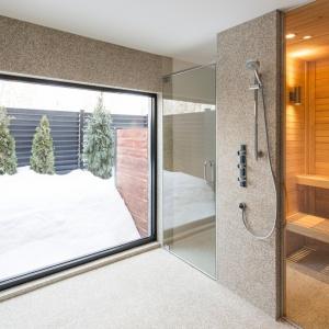 Domownicy mogą skorzystać z prywatnej sauny, obok której zaplanowano również strefę prysznica. Projekt: Architecture Open Form. Fot. Adrien Williams.