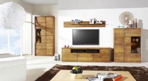 Meble w kolorze drewna cieszą się niesłabnącą popularnością. To zasługa ich stonowanej kolorystyki, która zapewni jednolity i spójny charakter każdemu pomieszczeniu.