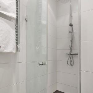 Prosta, ale efektowna łazienka. Fot. SvenskFast.se