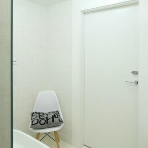 Aranżacja łazienki ma ponadczasowy charakter. Dużo w niej jasnych beżów i bieli. Fot. Bartosz Jarosz.