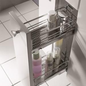 Wąskie cargo na kosmetyki i środki czystości do mebli wykonywanych na zamówienie u stolarza – z katalogu firmy Peka. Fot. Peka.
