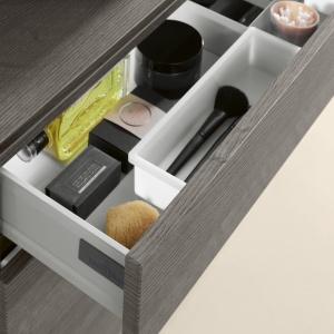 Na drobiazgi brudzące wnętrza szuflad, np. pędzle do pudru, przydają się wyjmowane, łatwe do mycia pojemniki – szafka podumywalkowa Legato firmy Villeroy&Boch. Fot. Villeroy&Boch.