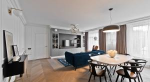 Właścicielka mieszkania to młoda kobieta, która chciała aby jej lokum było przytulne i nawiązywało stylem do klasyki. Powstało piękne, eleganckie wnętrze.