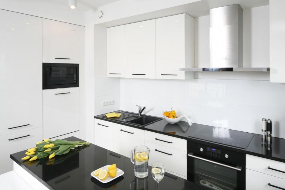 Z bielą zabudowy Czarno biała kuchnia Tak wygląda w polskich domach  S   -> Biala Kuchnia Czarny Blat