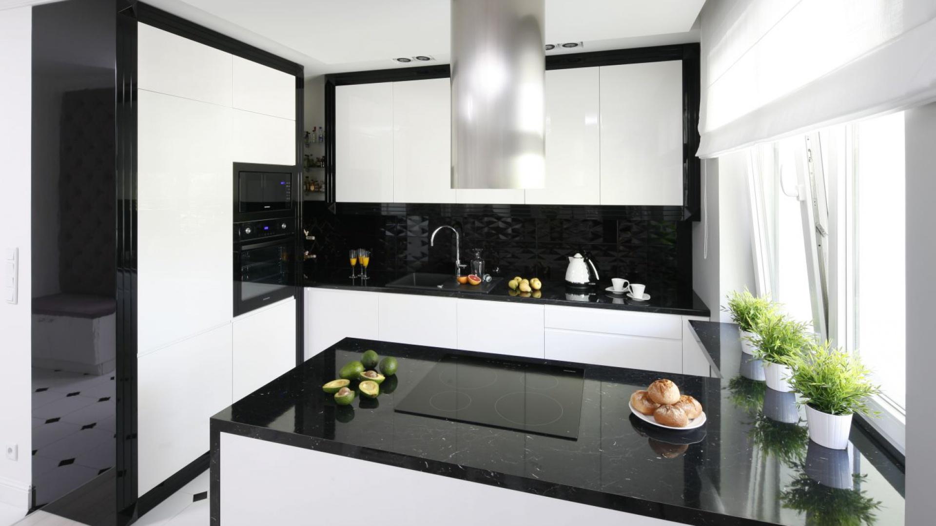 Czarny blat kuchenny Czarno biała kuchnia Tak