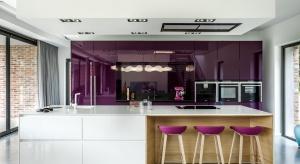 Współcześnie zaciera się różnica w wyglądzie mebli kuchennych i tych w salonach. Szczególnie, że coraz częściej kuchnia jest otwarta na salon i równie jak on reprezentacyjna.