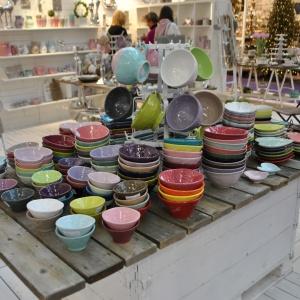 Garnki i dzbanki o dość prostej formie zachwycają feerią barw i zdecydowanie dyktują trendy w designie artykułów dedykowanych kuchni.  Fot. Alicja Pietrowska.