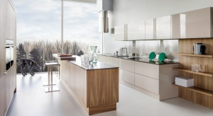 Jeszcze niedawno była luksusem dedykowanym dla dużych przestrzeni. Dziś jest już jednym ze standardów. W roli głównej – wyspa kuchenna. W polskich domach występuje coraz częściej, dodatkowo w formie łącznika kuchni z salonem.