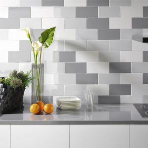 Prostokątne płytki ścienne z serii Unicolor w kolorach Plaqueta Blanco, Gris i Pizzara to zestawienie różnych odcieni szarości i bieli. Fot. Fabresa.
