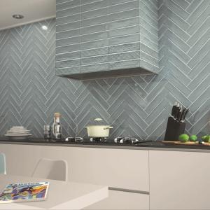 Prostokątne płytki ścienne z kolekcji Gala o pięknym morskim kolorze Azul. Glazurowaną, gładką powierzchnię zestawiono z subtelnymi dekorami. Format płytek pozwala je układać w ciekawe kombinacje, np. w jodełkę. Fot. Realonda Ceramica.
