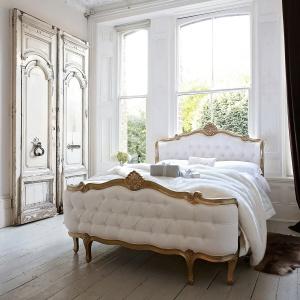 Łóżko oparte na bogatej w wyrazie, złoconej ramie. Wysokie nóżki dodają masywnej bryle lekkości. Fot. Sweetpea & Willow.