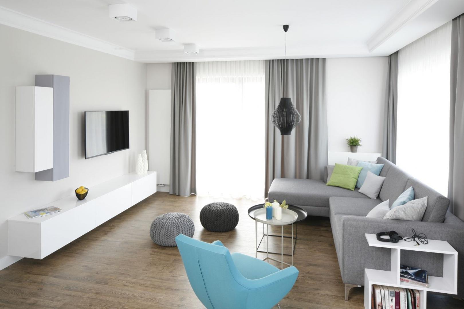 Urządzony nowocześnie salon jest jasny i przestronny. Proste formy mebli w efektowny sposób połączono z przytulnymi kolorami i fakturami materiałów.  Projekt: Małgorzata Galewska. Fot. Bartosz Jarosz.