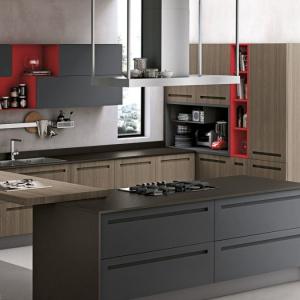 Modne zestawienie koloru drewna z frontami w grafitowym kolorze ożywiono detalami o czerwonej barwie. Fot. Stosa Cucine, kuchnia Mood.