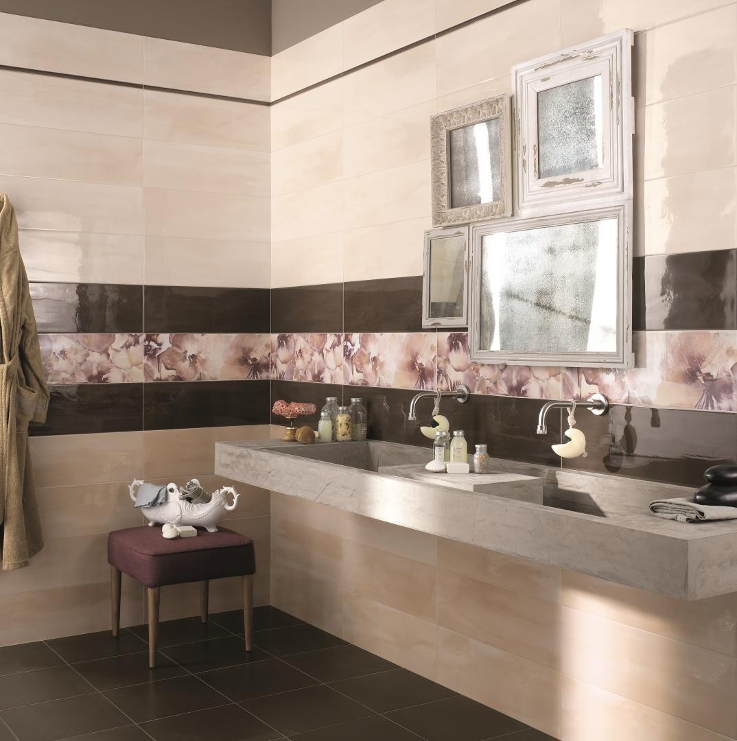 Na dekoracjach kwiaty, jak namalowane akwarelami - płytki ceramiczne Avorio marki ABK. Fot. ABK.