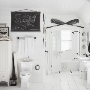 Wszechobecna biel z żeglarskimi akcentami – łazienka z wyposażeniem Artifacts firmy Kohler. Fot. Kohler.