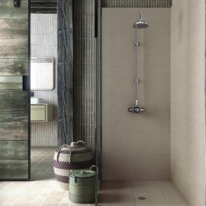 W stylu surowych skandynawskich wnętrz – brodzik i ściana są wykończone materiałem stylizowanym na drewno Silex Rustica firmy Fiora. Fot. Fiora.