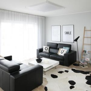 Sofa w salonie. Projekt: Beata Kruszyńska. Fot. Bartosz Jarosz