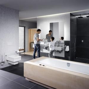 Wystarczy oprzeć ręce na umywalce, by obniżyć jej wysokość. Fot. Viega.