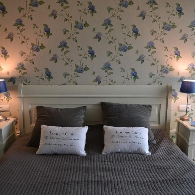 Jak zaaranżować małą sypialnię? Nasz ekspert radzi