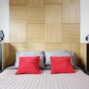 Drewno w postaci trójwymiarowego zagłówka łóżka będzie nietypową dekoracją. Tym samym dekorem drewna wykończono również meble do przechowywania. Projekt: Małgorzata Łyszczarz. Fot. Bartosz Jarosz.