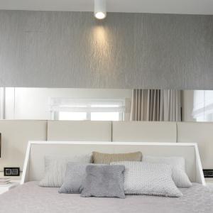 Lustro na ścianie w sypialni optycznie podwoi wielkość pomieszczenia. To także doskonały element rozświetlający wnętrze. Projekt: Agnieszka Hajdas-Obajtek. Fot. Bartosz Jarosz.