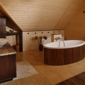 Salon kąpielowy na piętrze domu z dębowymi  deskami na podłodze. Projekt: Agnieszka Kubasik. Fot. Bartosz Jarosz.