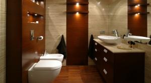 To wielka przyjemność stąpać bosymi stopami po drewnie z ogrzewaniem podłogowym. Taką posadzkę można mieć w łazience. Nie każde drewno się nadaje.