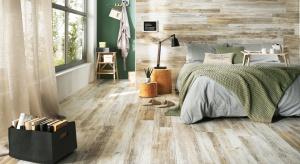 Naturalne drewno, płytki ceramiczne, czy stylowy dywan? Możliwości jest wiele. Zobacz najlepsze pomysły na podłogę w sypialni.