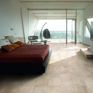 Na podłodze w sypialni modne są również płytki w kolorze beżowym, w spokojnej, niezbyt ciemnej tonacji. Fot. Cerdomus.
