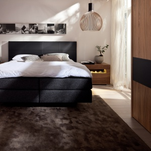 Dywan w sypialni ociepli wnętrze i sprawi, że stanie się ono bardziej przytulne. Zapewni także przyjemność podczas stąpania po nim bosymi stopami. Fot. Hulsta.