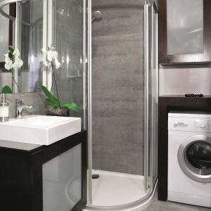 Mała łazienka z zabudową pralki. Powierzchnia: ok. 5 m². Projekt: Katarzyna Pawłowicz. Fot. Bartosz Jarosz.