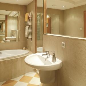Rodzinna łazienka z lustrami powiększającymi wizualnie przestrzeń. Powierzchnia: ok. 8 m². Projekt: właściciele. Fot. Bartosz Jarosz.