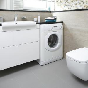 W niewielkiej łazience pralkę umieszczono pod blatem umywalkowym. Powierzchnia: ok. 7 m². Projekt: Joanna Morkowska-Saj. Fot. Bartosz Jarosz.