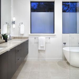 W łazience - podobnie jak w całym domu - dominują kolory ziemi. Projekt: Clark | Richardson Architects. Fot. Paul Finkel.