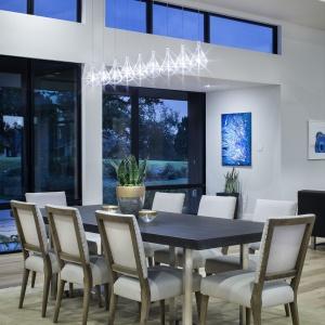 Pomiędzy kuchnią i salonem urządzono dużą, reprezentacyjną jadalnię. Projekt: Clark | Richardson Architects. Fot. Paul Finkel.