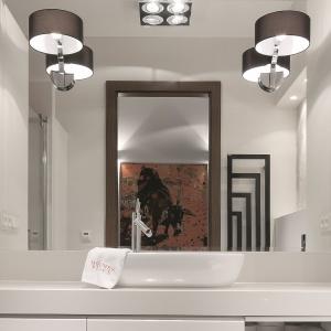 Ogromne lustro powiększa łazienkę dwukrotnie. Fot. Bartosz Jarosz.