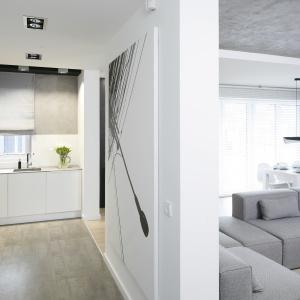 """Z """"betonową"""" ścianą idealnie harmonizuje popielata podłoga. Projekt: Karolina Stanek-Szadujko i Łukasz Szadujko. Fot. Bartosz Jarosz."""
