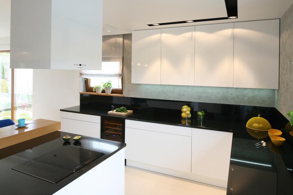 Z szarą ścianą pięknie Modna kuchnia postaw na beton