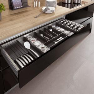 Wkłady do szuflad to praktyczne rozwiązanie pozwalające uporządkować ich przestrzeń. Fot. Artii Mega Meble.