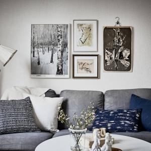 Oryginalne dekoracje w kolorze sepii na ścianie wprowadzają do wnętrza styl vintage. Fot. Janne Olander/Stadshem.se.