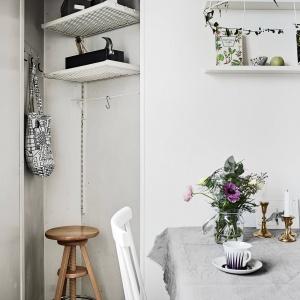 W niewielkim kąciku obok jadalni, służącym niegdyś za spiżarnię, znaleziono dodatkowe miejsce na półki czy powieszenie torby na zakupy. Fot. Janne Olander/Stadshem.se.
