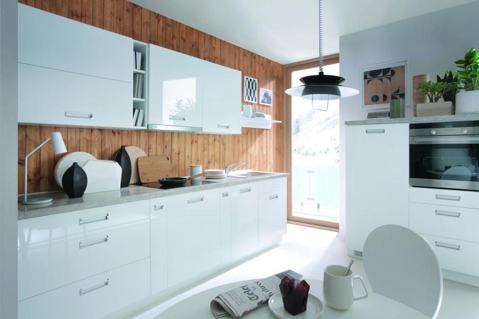 Zabudowa kuchenna jest w Biała kuchnia ocieplona   -> Kuchnia Biala Ocieplona Drewnem