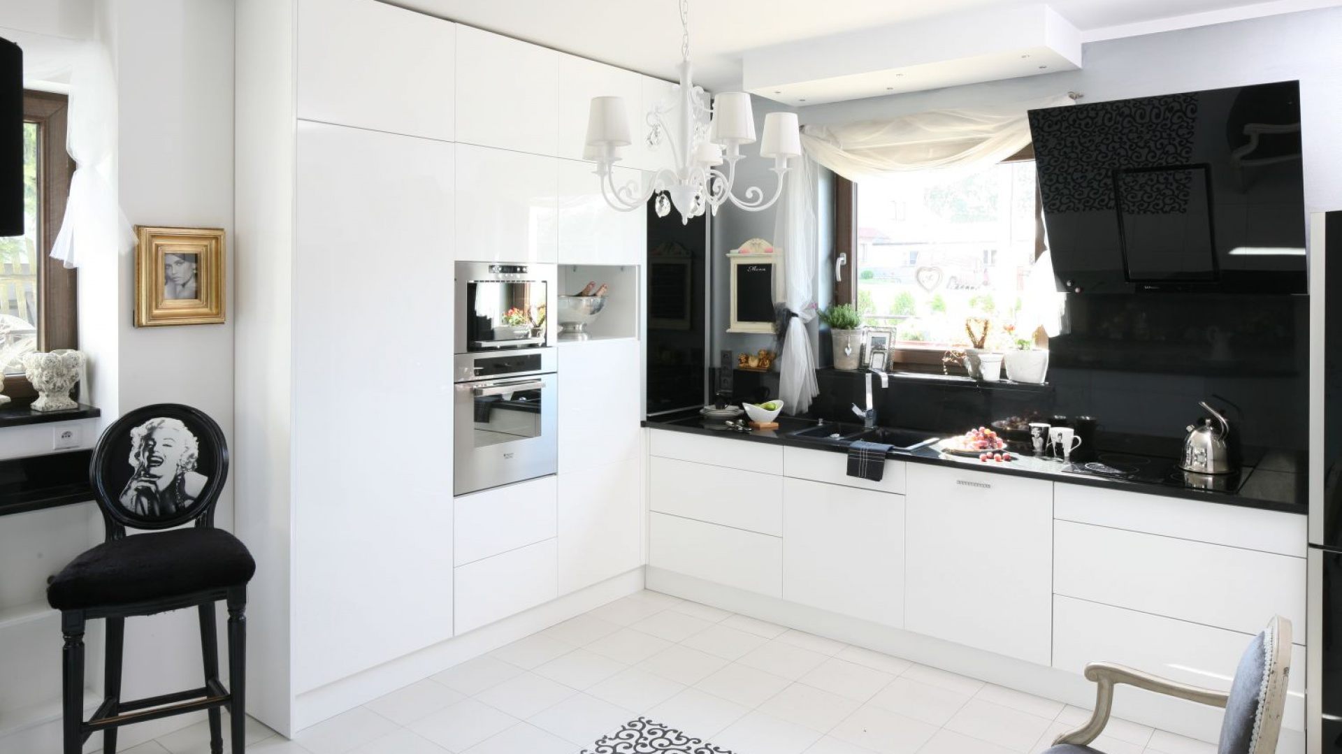 Biało czarna kuchnia Kuchnia w stylu glamour 10 zdjęć z polskich domów