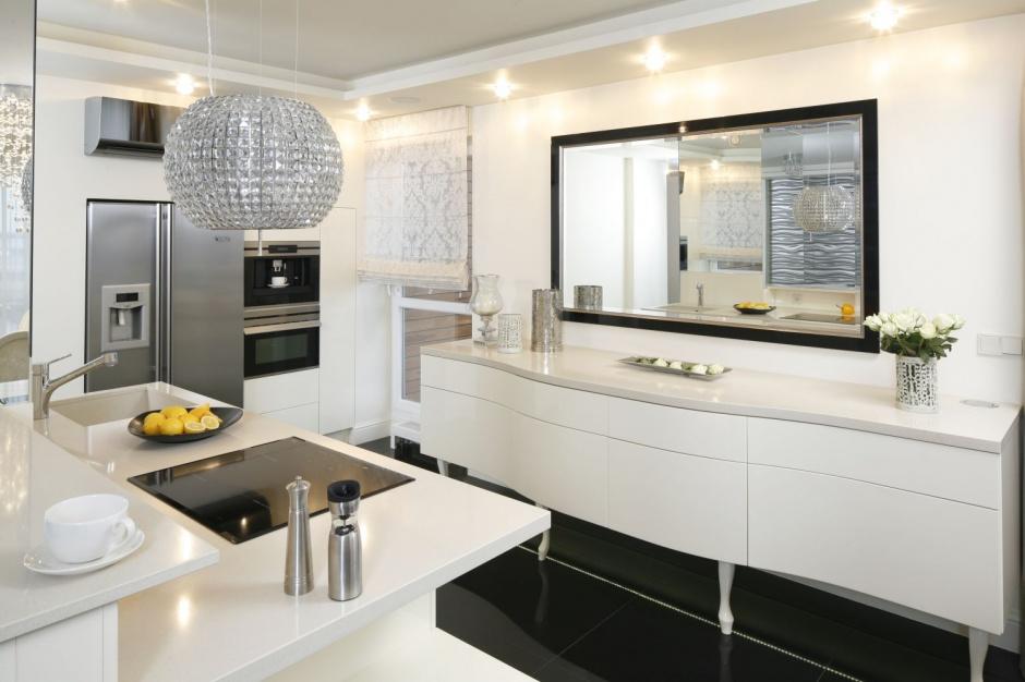 Duża, asymetryczna wyspa to Kuchnia w stylu glamour   -> Kuchnia Z Sufitem Podwieszanym