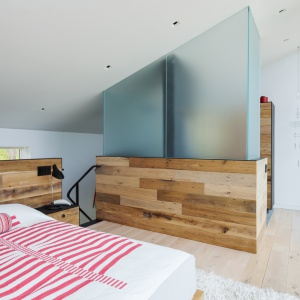Sypialnię od łazienki oddziela ciekawa ścianka-kolumna z elementami wykonanymi z matowego szkła. Projekt: Sharon Davis Design. Fot. Elizabeth Felicella