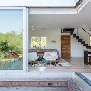 Przesuwne, przeszklone drzwi tarasowe po otwarciu pozwalają na pełną integrację strefy dziennej z otoczeniem. Projekt: Sharon Davis Design. Fot. Elizabeth Felicella