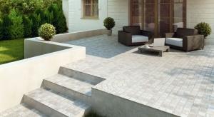 Do wykończenia tarasu najchętniej wykorzystujemy płytki ceramiczne. Dużym zainteresowaniem cieszą się również płytki betonowe oraz drewno. Poza doborem samego materiału warto zwrócić uwagę na projekt i wykonanie tarasu.